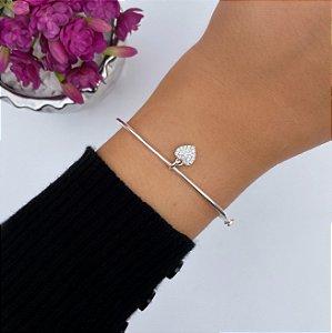 Bracelete oval rígido liso com pingente coração cravejado em Prata 925