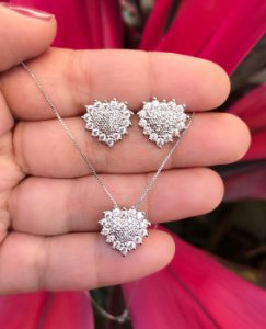 Conjunto coração pequeno cravejado com pedras cristais banhado a Ródio Branco