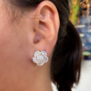 Brinco flor cravejado zirconias cristais banhado a Ouro 18K