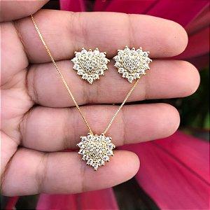Conjunto coração pequeno cravejado com pedras cristais banhado a Ouro 18K