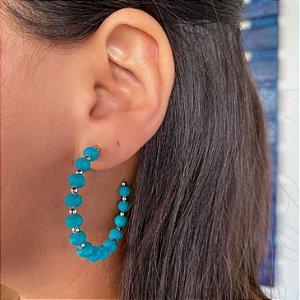 Brinco argola miçangas coloridas azul turquesa