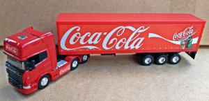 SCANIA R730 COCA COLA  - ESCALA 1/64 + CARRETA (ESCALA 1/68) = 25 CM