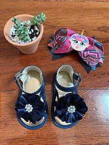 Sandália com Flor e Pérolas Azul Marinho
