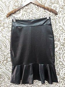 saia couro sintético preta abaixo do joelho