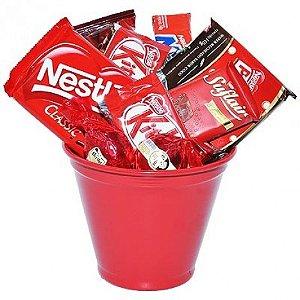Cesta com Deliciosos Chocolates Variados e Lindo Baldinho
