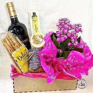Cesta gourmet com vinho e flores
