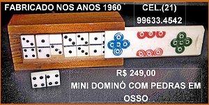 MINI DOMINÓ ANTIGO COM PEDRAS EM OSSO.DÉCADA DE 1960. MEDINDO:COMP. 5,8 cm, ALT 2,1 cm e PROF. 2,1 Cm.