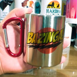 Caneca The Big Bang Theory - Bazinga! (Inox C/ Alça Mosquetão)