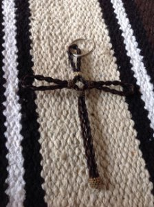 Chaveiro de crina em cruz.