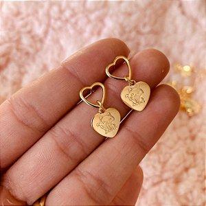 Brinco argolinha de coração com gatinho folheado em ouro 18K