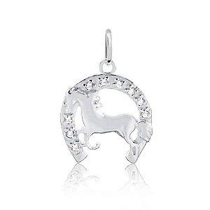 Pingente ferradura cravejada com cavalo em prata 925