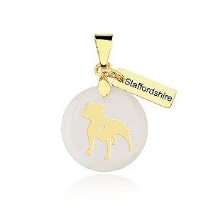 Pingente madrepérola raça Staffordshire Bull Terrier folheado em ouro 18k