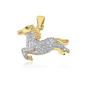 Pingente cavalo cravejado de zircônia folheado em ouro 18k