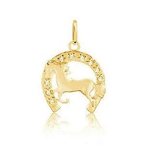 Pingente ferradura cravejada com cavalo folheado em ouro 18K