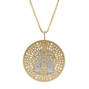 Colar com Medalha de nossa Senhora Aparecida folheada a ouro 18k trabalhado com desenhos curvos bem detalhados com Ródio no manto Blivejoias