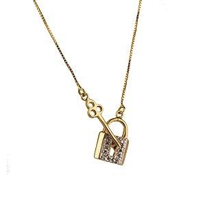 Gargantilha em ouro amarelo 18k liso oco cadeado vazado cravejado com 14 brilhantes de 0,5ponto chave vazada lisa tamanho 2,0x1,5cm corrente Veneziana de 45cm PC 12.18