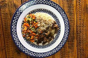 Tiras de Pernil Acebolado, Arroz Integral e Mix de Legumes 260 gramas Mundo Fitness