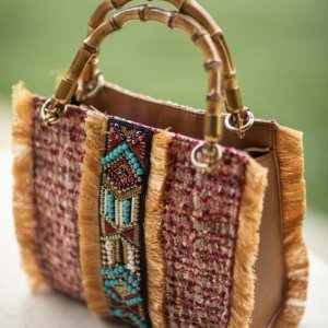 Bolsa Tote Tapeçaria com Franja, Bordado Étnico e Alça de Bambu