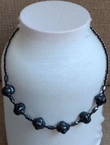 Colar com Pedra de Resina Chumbo e Entremeio de Pedra Hematita, e miçangas transparentes pretas  - fecho tipo mosquete prateado