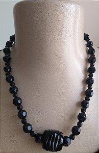 Colar em miçangas e mini miçangas pretas com pedra de Resina preta - Fecho tipo mosquete prateado.