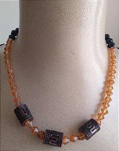 Colar em miçangas transparentes marrom, miçangas pretas e miçangas cilíndricas decoradas estilo indiano - fecho tipo mosquete ouro velho.