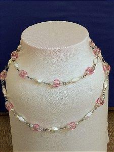 Colar em corrente com miçangas transparentes rosa, miçangas sextavadas peroladas branca e mini miçangas transparentes peroladas.