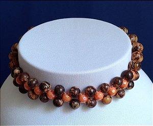 Gargantilha em miçangas de madeira e miçangas peroladas laranja  - fecho tipo mosquete com corrente, prateados.