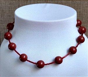 Gargantilha em miçangas em formato de bola marrom e canutilhos transparentes vermelho - fecho tipo mosquete de cor ouro velho.