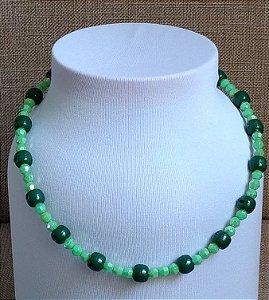 Colar em miçangas esféricas, na cor verde escuro, miçangas menores, na cor  verde claro perolado, com fecho tipo mosquete na cor ouro velho.