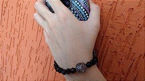 Phone Strap - cordão para celular, tipo pulseira com miçangas pretas e pedra de resina cinza.