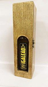 Caixa de madeira com visor e cachaça Galeão Banana