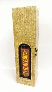 Caixa de madeira com visor e cachaça Galeão Carvalho
