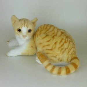 Gato de Pelúcia Realista Tigrado Amarelo