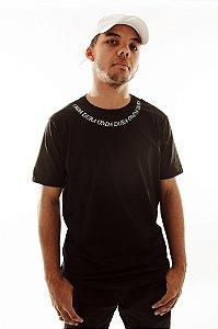 Camiseta Preta Detalhe na Gola