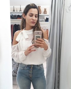 blusa branca com ombro a mostra