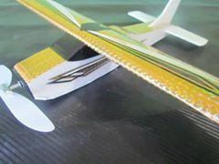 aviaozinho na cor ouro que voa 60 metros aproximadamente