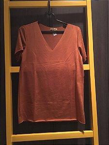 T-shirt suede decote V