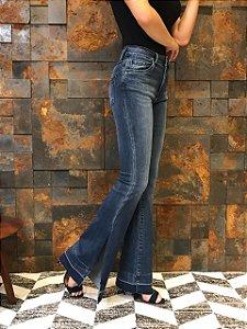 Calça jeans flare com abertura lateral