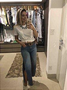 Calça jeans pantacourt com abertura lateral