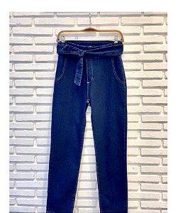 Calça jeans com faixa transpassada