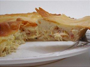 Torta de frango com requeijão  deliciosa massa leve  com borda crocante e um recheio  saboroso, 480 g serve 5 fatias
