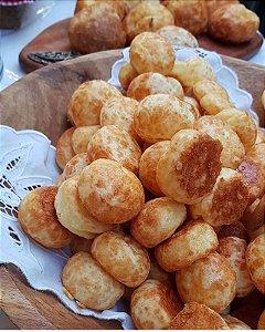 Pão de queijo , uma receita mineira, feita  com 4 queijos, meia cura, minas padrão, serra da canastra e parmesão por cima 1kg 65 un