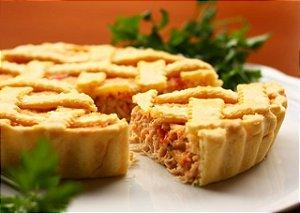 Torta de frango com requeijão, deliciosa massa leve com borda crocante e um recheio saboroso 1 kg serve 10 a 12 fatias.