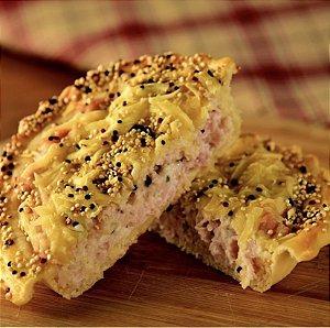 Torta de peito de peru, com creme de ricota gratinada parmesão e mix de quinoa 480 g , Serve 5 fatias.