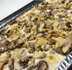 Lasanha de funghi com cogumelo Paris , uma massa leve com um delicioso recheio e parmesão por cima 1,5 kg serve bem 5 pessoa