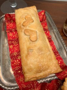Torta retangular de lombo desfiado com cebola caramelizada , serve 6 pessoas
