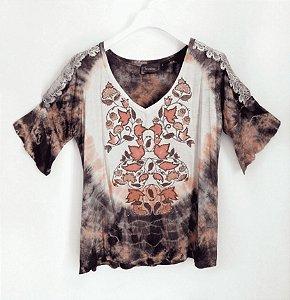 Blusa florida com tie dye