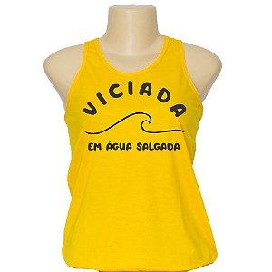 Camiseta regata feminina com frases da moda Viciada em água salgada