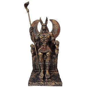 Deus Egípcio Anúbis sentado em um trono