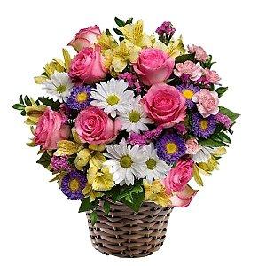 Cesta Mix Flores do Campo e 12 Rosas Cor de Rosa Nacionais